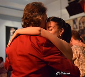 Marcelo Solis bailando tango con Lola en la milonga.